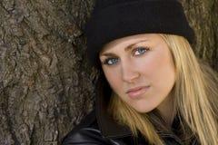 Schönes blondes im Schwarzen Stockfotografie