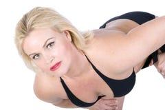 Schönes blondes im schwarzen Bikini Stockfoto