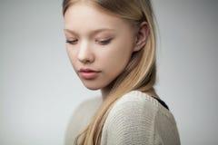 Schönes blondes jugendlich Mädchenporträt Lizenzfreie Stockfotografie