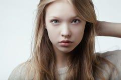 Schönes blondes jugendlich Mädchenporträt Lizenzfreies Stockfoto