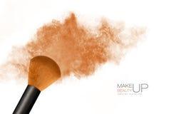 Schönes blondes junge Frauen-Portrait über Weiß Kosmetische Bürste mit dem Bronzieren von Pulverexplosion Stockbild