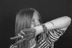 Schönes blondes junges Mädchen mit den Sommersprossen und Händen zuhause gemalt in den bunten Farben, Nahaufnahmeporträt, Schwarz Stockfotografie