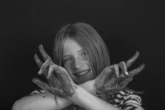 Schönes blondes junges Mädchen mit den Sommersprossen und Händen zuhause gemalt in den bunten Farben, Nahaufnahmeporträt, Schwarz Stockbilder