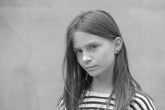 Schönes blondes junges Mädchen mit Sommersprossen draußen auf Wandhintergrund, Nahaufnahmeporträt, Schwarzweiss Stockbild