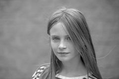 Schönes blondes junges Mädchen mit Sommersprossen draußen auf Wandhintergrund, Nahaufnahmeporträt, Schwarzweiss Lizenzfreie Stockfotografie