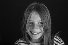Schönes blondes junges Mädchen mit Sommersprossen zuhause, Nahaufnahmeporträt, Schwarzweiss Lizenzfreie Stockbilder