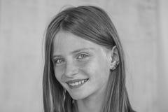 Schönes blondes junges Mädchen mit Sommersprossen zuhause, Nahaufnahmeporträt, Schwarzweiss Stockbilder