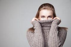 Schönes blondes junges Mädchen trägt Winterpullover Lizenzfreies Stockfoto