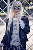 Schönes blondes junges Modell in der kühlen Sonnenbrille Lizenzfreies Stockbild