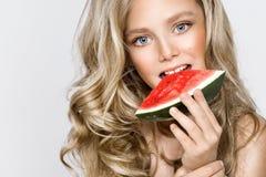 Schönes blondes junges Modell, nettes Mädchen, Wassermelone halten und schauen nett Lizenzfreie Stockfotos