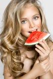Schönes blondes junges Modell, nettes Mädchen, Wassermelone halten und schauen nett Stockfoto