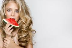 Schönes blondes junges Modell, nettes Mädchen, Wassermelone halten und schauen nett Lizenzfreie Stockfotografie