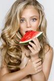Schönes blondes junges Modell, nettes Mädchen, Wassermelone halten und schauen nett Lizenzfreies Stockbild