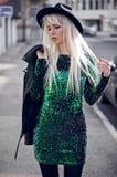 Schönes blondes junges Modell, wenn Sie draußen aufwerfen Stockbilder