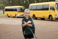 Schönes blondes kaukasisches tragendes Rucksacklächeln des weibliches KinderwarteSchulbusses glücklich im jungen Mädchen und im S Lizenzfreie Stockfotografie