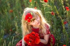 Schönes blondes Kind in der Wiese Stockfoto