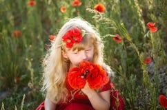 Schönes blondes Kind mit Blumen Lizenzfreies Stockfoto