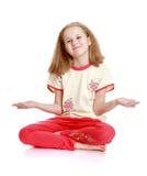 Schönes blondes kleines Mädchen, das auf dem Boden sitzt Lizenzfreie Stockfotografie