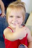 Schönes blondes kleines Mädchen, das o.k. darstellt Stockbilder