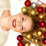 Schönes blondes Lügen auf einem weißen Hintergrund Stockbild