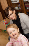 Schönes blondes lachendes Mädchen und ihre Mutter Lizenzfreie Stockbilder