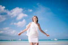 Schönes blondes langes Haarfrauentanzen auf dem Strand Ferien auf der Paradiesinsel Stockfotografie