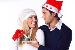 Schönes blondes Mädchen öffnet ihr Weihnachtsgeschenk Stockfotos