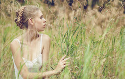Schönes blondes Mädchen auf dem Gebiet stockbilder