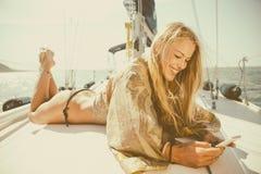 Schönes blondes Mädchen auf einer Yacht Lizenzfreie Stockbilder