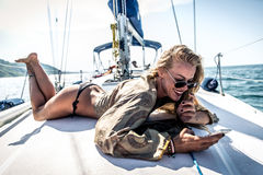Schönes blondes Mädchen auf einer Yacht Lizenzfreies Stockbild