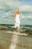 Schönes blondes Mädchen auf Strand, Sommerzeit Lizenzfreie Stockfotografie