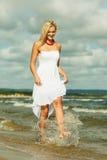 Schönes blondes Mädchen auf Strand, Sommerzeit Stockfotos