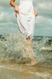 Schönes blondes Mädchen auf Strand, Sommerzeit Lizenzfreie Stockfotos