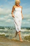 Schönes blondes Mädchen auf Strand, Sommerzeit Stockbilder