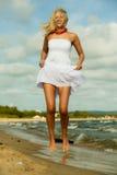Schönes blondes Mädchen auf Strand, Sommerzeit Stockfoto