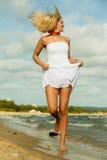 Schönes blondes Mädchen auf Strand, Sommerzeit Stockfotografie