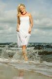 Schönes blondes Mädchen auf Strand, Sommerzeit Lizenzfreie Stockbilder