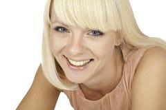 Schönes blondes Mädchen auf weißem Hintergrund Stockfoto