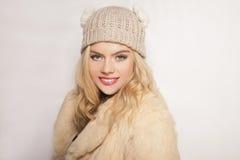 Schönes blondes Mädchen auf Wintermode Lizenzfreie Stockfotos