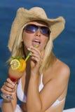 Schönes blondes Mädchen in Bikini-trinkendem Cocktail Stockfotografie