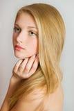 Schönes blondes Mädchen Blondes Haar Gesicht nah oben mit perfekter Haut Gesundheitswesen- und Schönheitskonzept Hübsches Frauenp Lizenzfreies Stockfoto