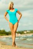Schönes blondes Mädchen, das auf Strand sich entspannt Lizenzfreie Stockfotografie