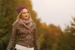 Schönes blondes Mädchen, das in den Park geht Lizenzfreie Stockbilder