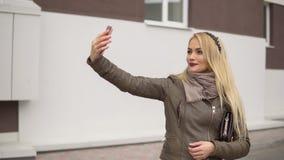 Schönes blondes Mädchen, das in den Park geht Lizenzfreie Stockfotos
