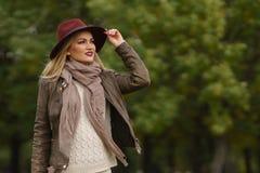 Schönes blondes Mädchen, das in den Park geht Lizenzfreies Stockfoto