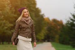 Schönes blondes Mädchen, das in den Park geht Stockbild