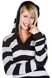 Schönes blondes Mädchen, das an der Kamera lächelt Lizenzfreie Stockfotografie
