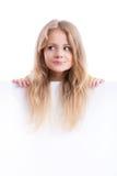 Schönes blondes Mädchen, das ein leeres weißes Brett hält Lizenzfreie Stockbilder