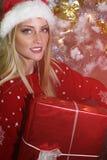 Schönes blondes Mädchen, das einen Sankt-Hut trägt Lizenzfreie Stockfotografie