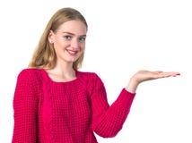 Schönes blondes Mädchen, das heraus ihre Hand hält etwas hält Lizenzfreie Stockbilder